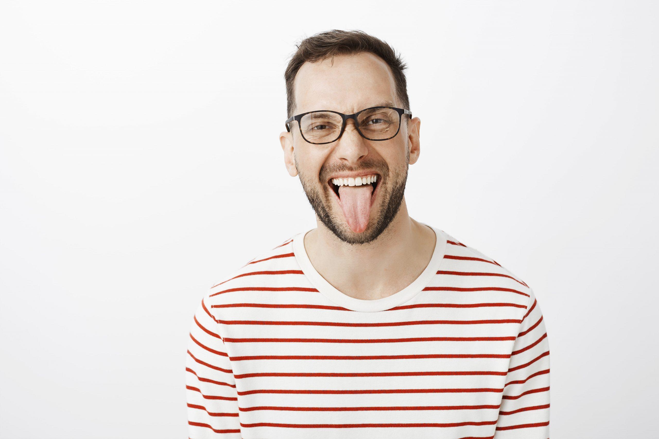 ¿Por qué tengo la lengua amarilla? Principales causas y cómo solucionarlo